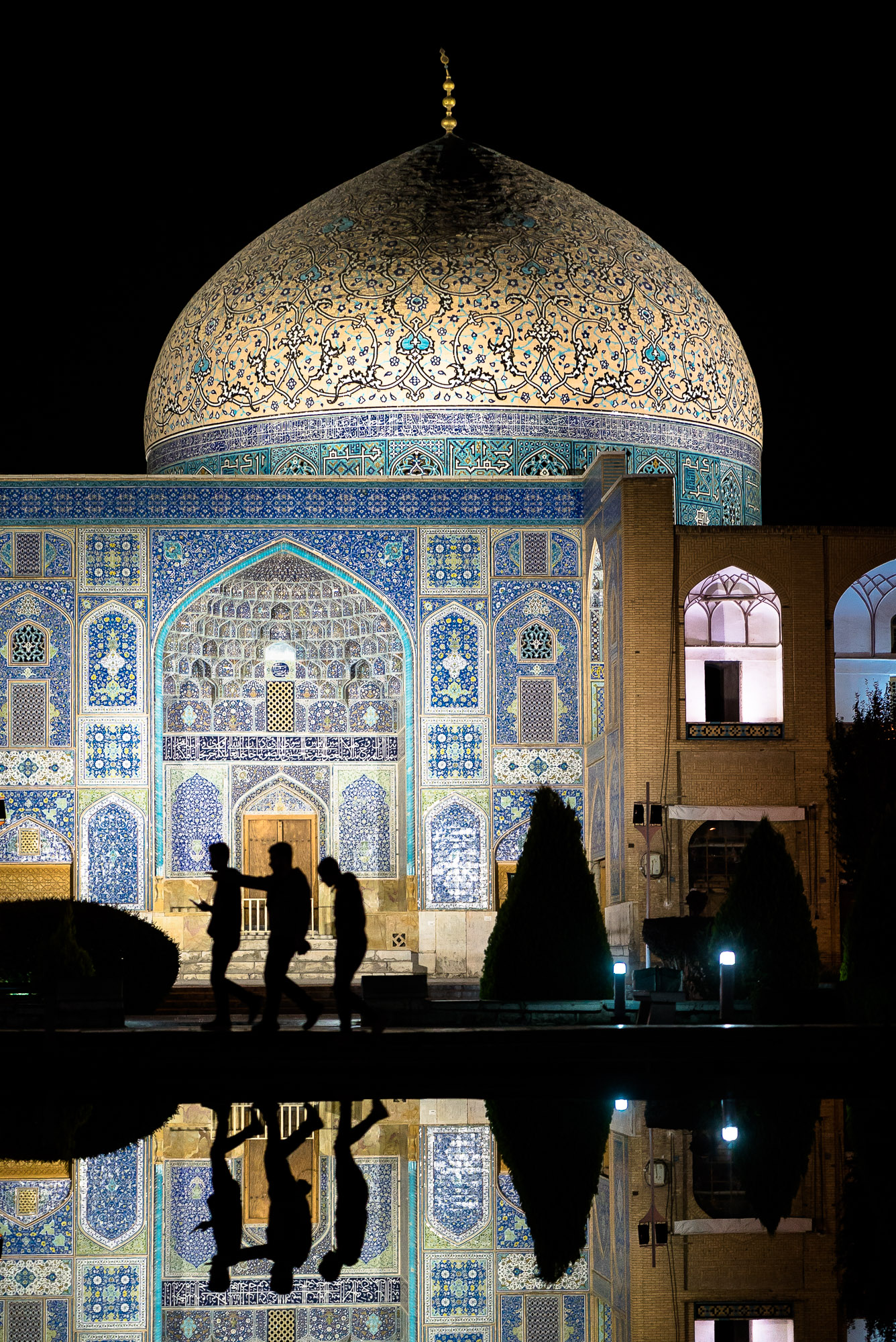Sheikh Lotfollah Mosque at night